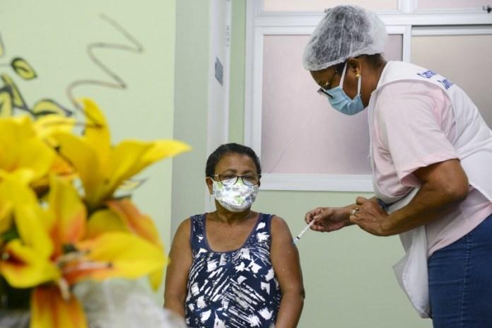 Vitória começa a vacinar pessoas em lista de espera e abre agendamento nesta quarta (19)